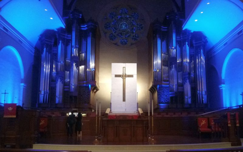 Twin 40-foot cases of the Mander organ towering over the high altar and chancel of Peachtree Road UMC. (photo: Mark Gresham)