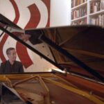 Pianist Inon Barnatan performs a virtual concert from his living room.(video capture)