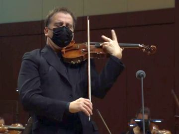 """Macon-born violinist Robert McDuffie performs Brahms' """"Violin Concerto"""" with the Atlanta Symphony Orchestra, led by music director Robert Spano. (video frame/ASO)"""