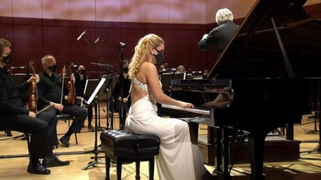 Julie Couceron performs Mendelssohn's Piano Concerto No 1, with the ASO led by guest conductor Peter Oundjian (video frame: ASO)