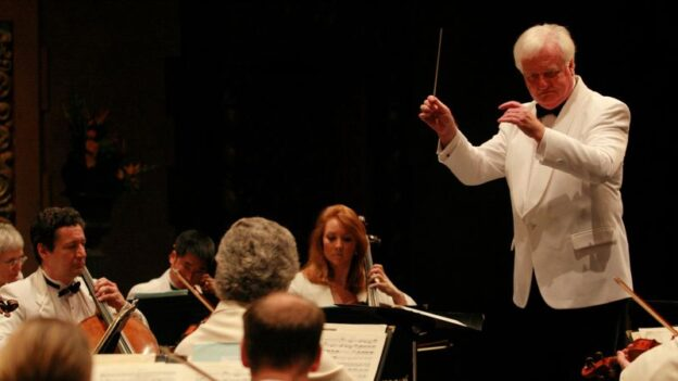 Michael Palmer conducts the Bellingham festival Orchestra. (image: BFM)